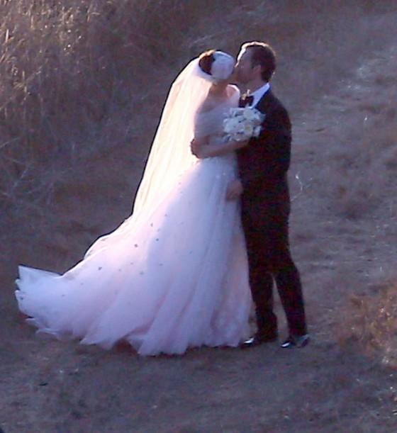 Anne Hathaway And Adam Shulman Shared A Kiss In Manhattan: Anne Hathaway Marries Adam Shulman [PHOTOS]